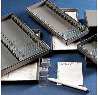 Boite pour lames pour microscope 25 places dim 98x83mm h 38mm en polystyrene anti choc plastique Kar